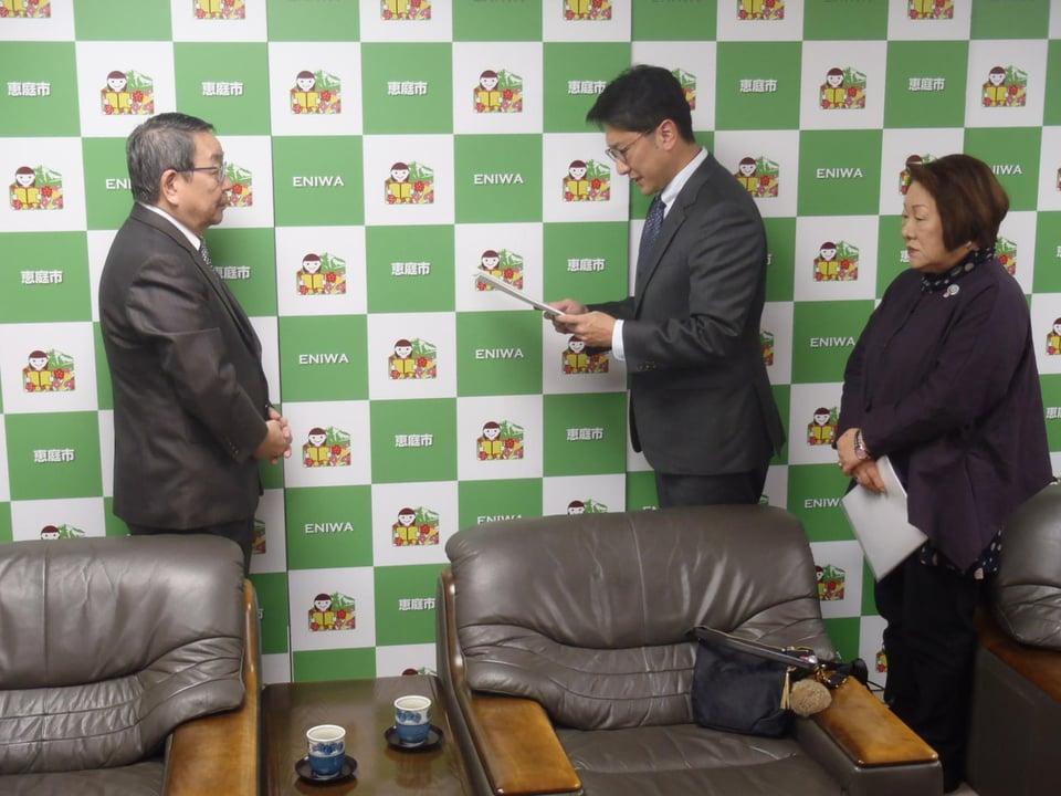 写真:公営企業経営審議会答申(令和元年12月17日)の様子(1)